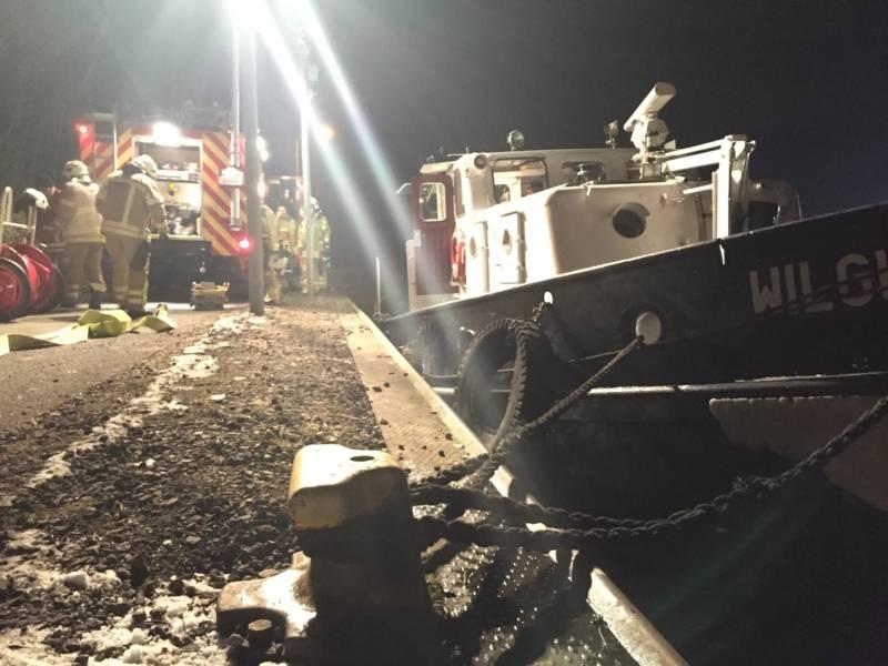Da das Wasser im Maschinenraum teilweise mit Öl kontaminiert war, forderte der Einsatzleiter einen Saugwagen der Stadtentwässerung zum Abpumpen und für die umweltgerechte Entsorgung an.