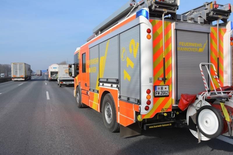 In Fahrtrichtung Dortmund waren zwischen den Anschlussstellen Bothfeld und Langenhagen ein Gefahrgut-Lkw und der Transporter eines Handwerkunternehmens in stockendem Verkehr zusammengestoßen.