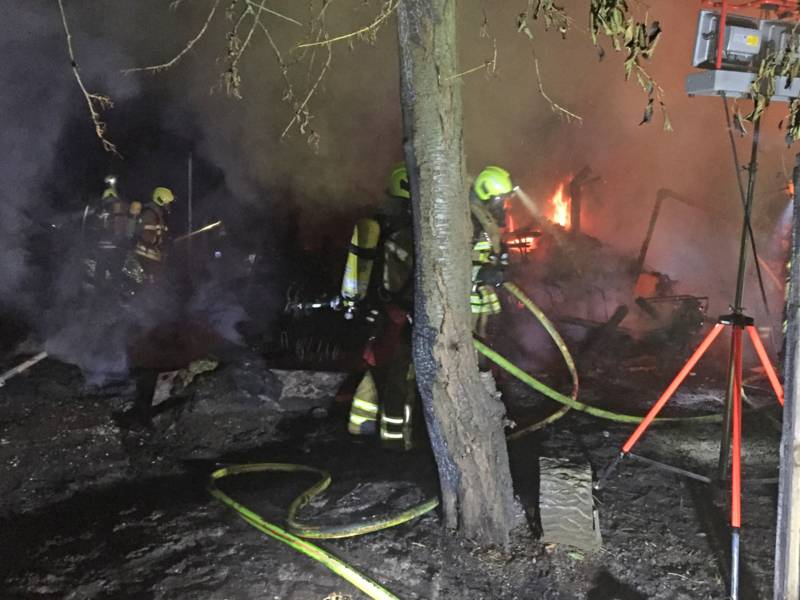 Die Einsatzkräfte verhinderten mit bis zu sechs Strahlrohren eine weitere Ausbreitung des Feuers.