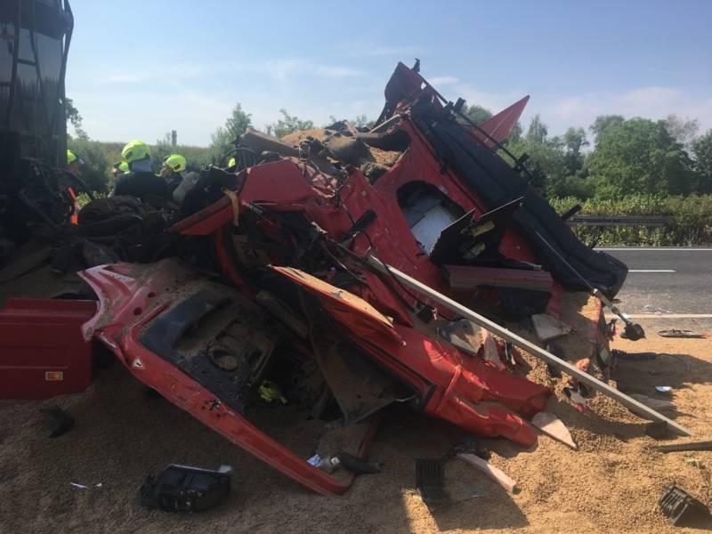 Durch die Wucht des Aufpralls wurde das Fahrerhaus des Sattelschleppers vom Fahrgestell abgerissen und völlig deformiert.