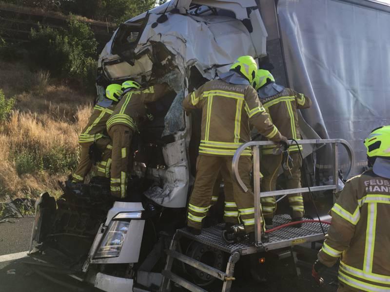 Einsatzkräfte der Feuerwehr Hannover mussten einen eingeklemmten LKW-Fahrer aus seinem völlig deformierten Fahrerhaus befreien.