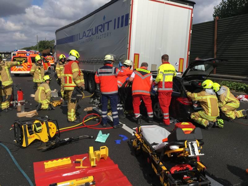 Nach dem Eintreffen der Feuerwehreinsatzkräfte begann umgehend die aufwendige technische Rettung mit dem hydraulischen Rettungsgerät.