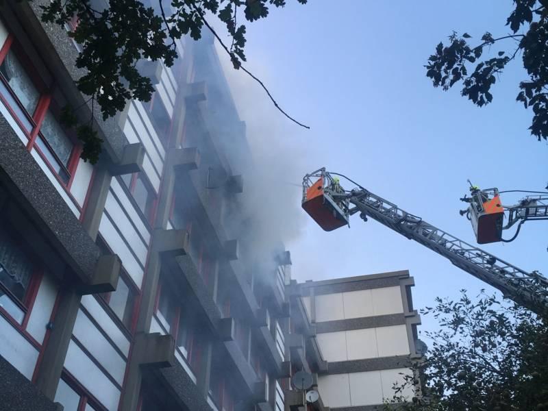 Zwei Drehleitern wurden für eine Brandbekämpfung von außen eingesetzt und verhinderten den Überschlag der Flammen auf das Dach