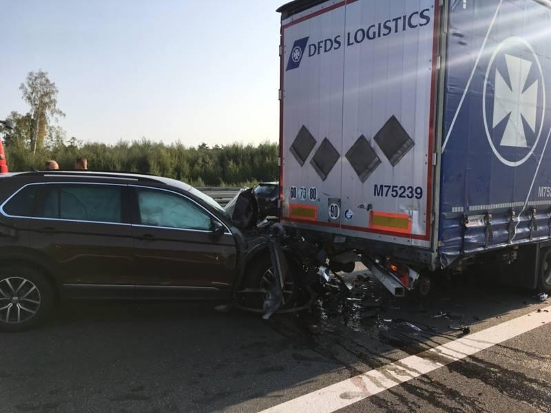 Ein Volkswagen SUV fuhr aus ungeklärter Ursache auf einen vor ihm befindlichen Sattelzug auf und klemmte unter dem Auflieger fest.
