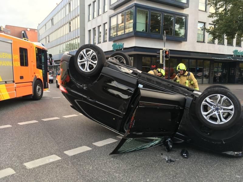 Durch die Wucht des Aufpralls überschlug sich der Ford und blieb auf dem Dach liegen