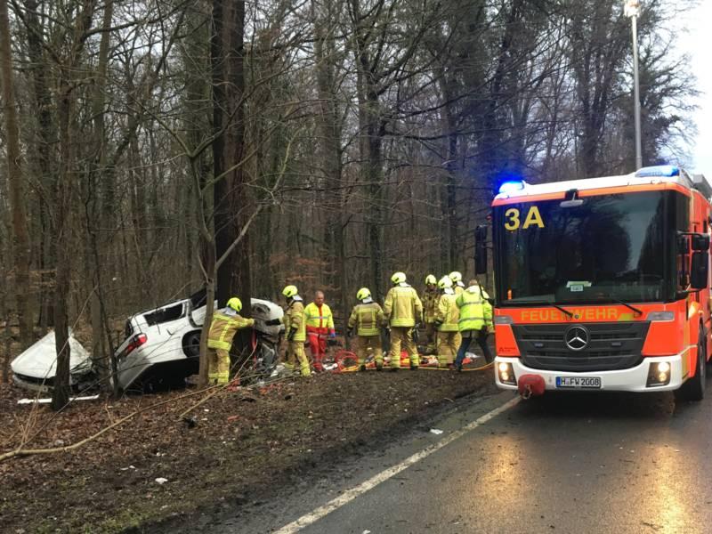 Der Beifahrer des Nissan-PKW erlitt dabei lebensbedrohlichen Verletzungen und wurde im Fahrzeugwrack eingeklemmt. Er musste durch die Feuerwehr aufwändig befreit werden.