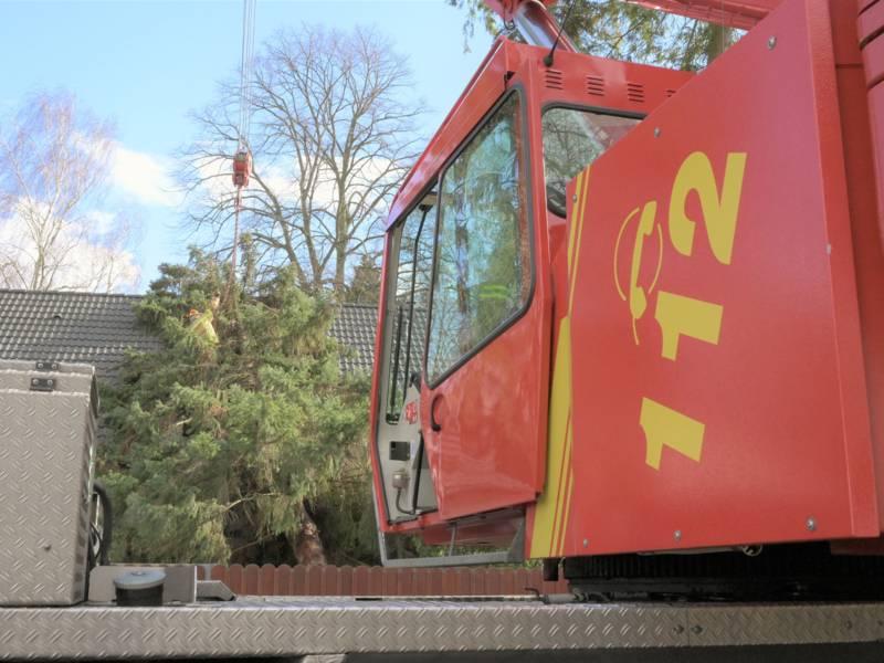Im Stadtteil Isernhagen-Süd stürzte ein zirka 25 Meter hoher Nadelbaum auf das Dach eines Hauses. Auch hier war ein Feuerwehrkran erforderlich, um den Baum vom beschädigten Dach zu heben.