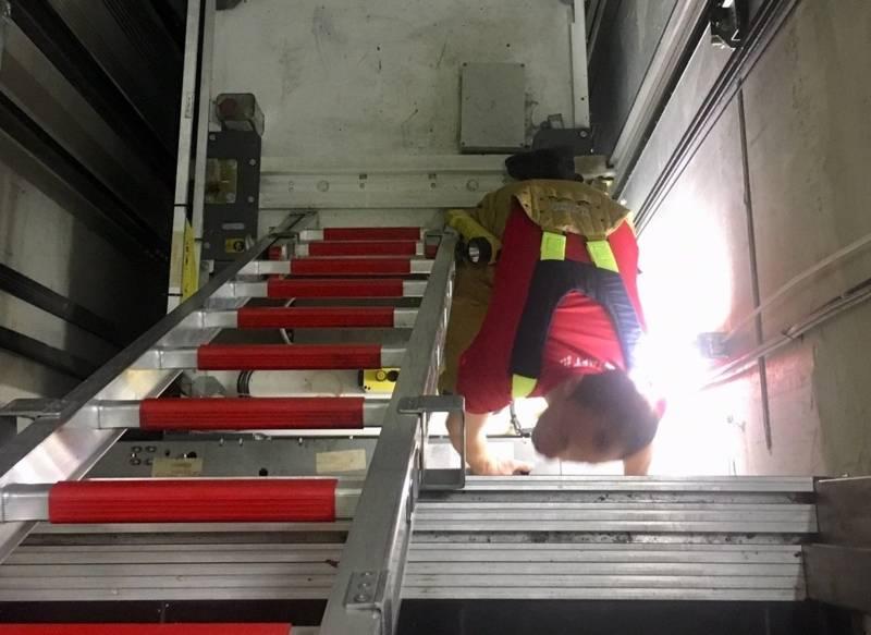 Einsatzkräfte versuchten sich Zugang zum Aufzug zu verschaffen
