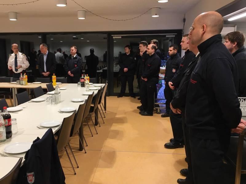 Dieter Rohrberg, Leiter der Feuerwehr (links) und Personalratsvorsitzender Mario Kraatz begrüßen zusammen mit den diensthabenden Einsatzkräften der Feuer- und Rettungswache Ministerpräsident Stephan Weil.