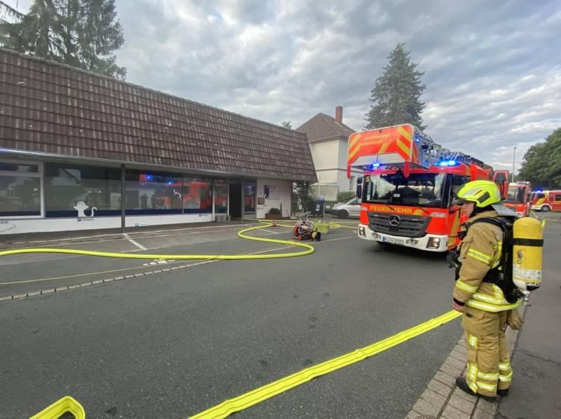 Durch die ins Gebäude vorgegangenen Einsatztrupps konnte der Brandherd schnell lokalisiert und bekämpft werden