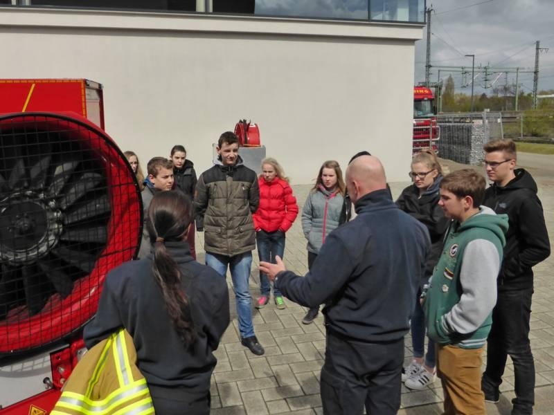 Feuerwehrfrau Marcelina Schneider und ihr Kollege Thomas Petzold erklären den Feuerwehr-Kids die Funktion des Löschunterstützungsfahrzeuges.