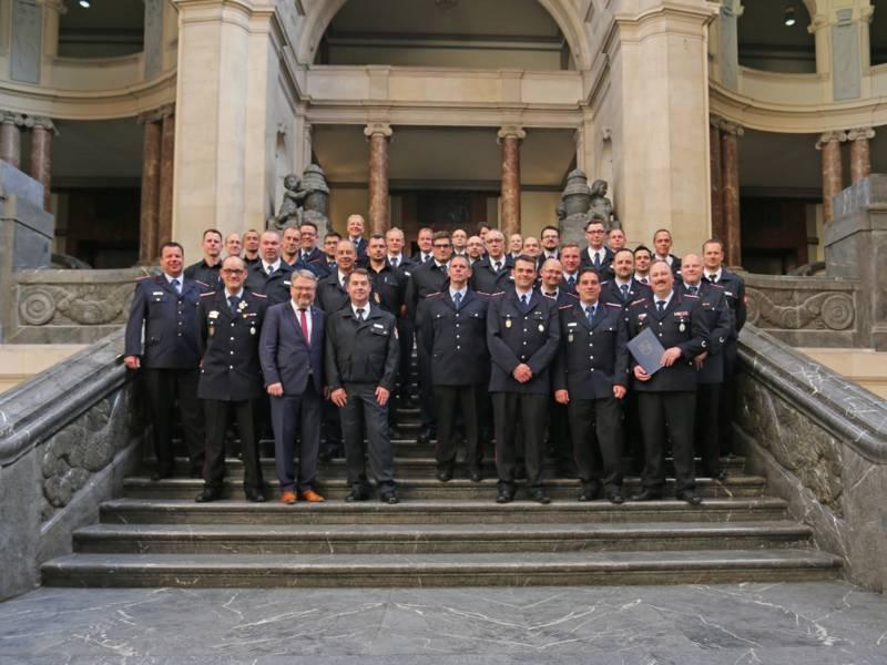 Nach der Übergabe der Urkunden und Coins fanden sich alle Beteiligten zum Gruppenfoto im Neuen Rathaus zusammen.