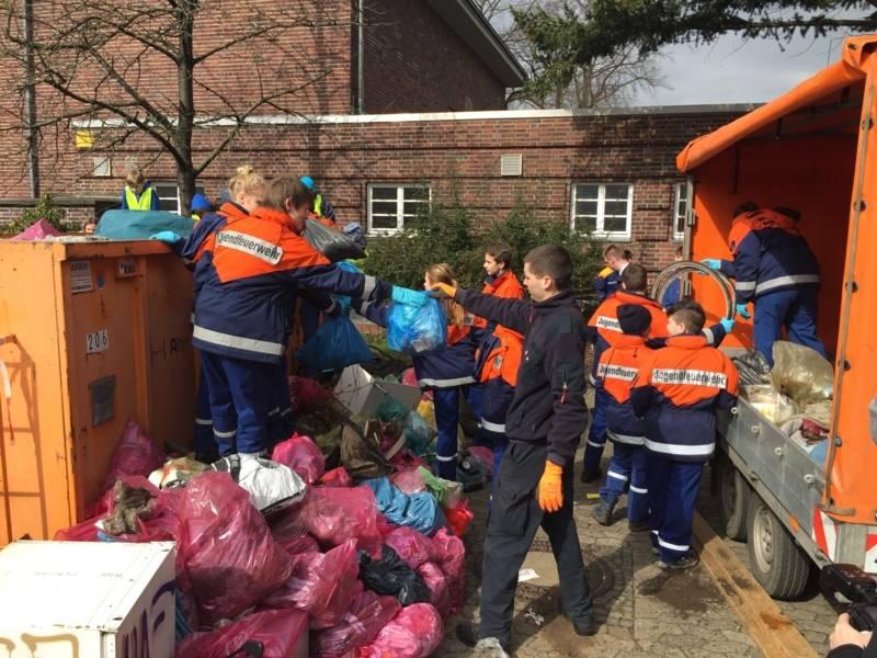 Die während der Müllsammelaktion prall gefüllten rund 500 Müllsäcke der Kinder- und Jugendfeuerwehren wurden zentral bei der Ortsfeuerwehr Stöcken gesammelt und in den bereitgestellten Großcontainer geworfen.