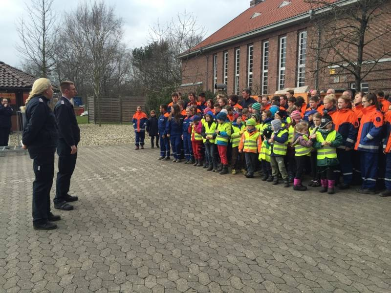 Die Stadtjugendwarte Iris Nölting und Patrick Lutze bedankten sich bei den rund 160 Kindern, Jugendlichen und Betreuern aus den Hannoverschen Kinder- und Jugenfeuerwehren.