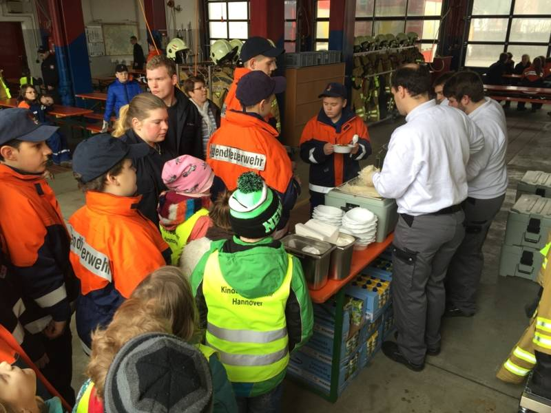 Nach dem großem Erfolg der Müllsammelaktion gab es für alle Beteiligten Warmverpflegung und Getränke, die die Mitglieder der Fachgruppe Verpflegung und Betreuung zubereiteten.