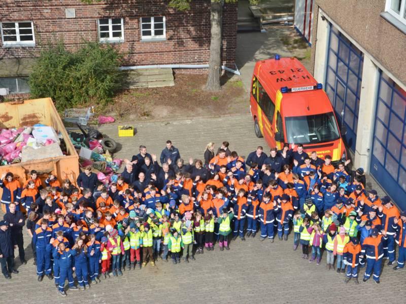 Rund 160 Kinder, Jugendliche und Betreuer aus den Hannoverschen Kinder- und Jugenfeuerwehren beteiligten sich mit großem Erfolg an der Müllsammelaktion.