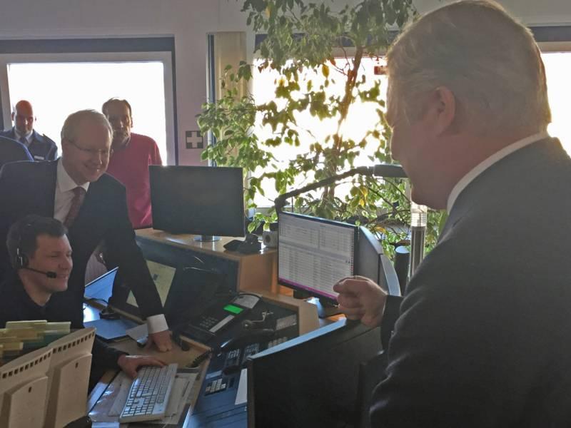 Niedersachsens Verkehrs- und Digitalisierungsminister Dr. Bernd Althusmann hat sich heute zusammen mit Hannovers Oberbürgermeister Stefan Schostok und Regionsdezernentin Cora Hermenau in der Regionsleitstelle Hannover von der Betriebsbereitschaft des automatisches Notrufsystems eCall überzeugt.