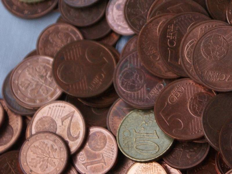 übereinander geschüttete Centmünzen