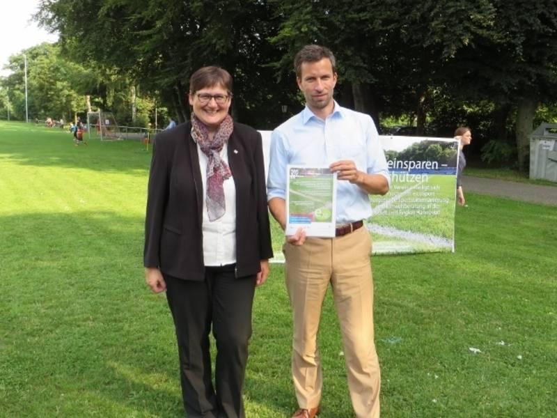 Die Erste Stadträtin Sabine Tegtmeyer-Dette hält mit dem Vereinsvorsitzenden Kai Tolksdorf die Abschlussurkunde zur energetischen Sanierung hoch