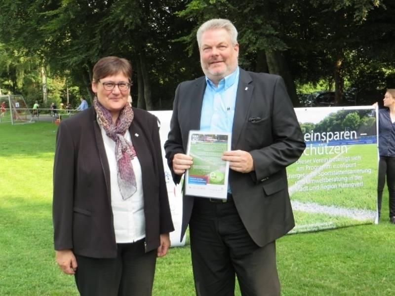 Die Erste Stadträtin Sabine Tegtmeyer-Dette übergibt die Abschlussurkunde für die e.coSport Teilnahme an den Vereinspräsidenten Nölke