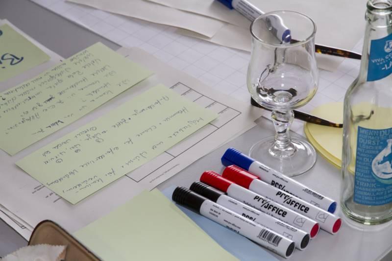 Karten und Stifte für das Brainstorming der Strategiegruppe Kreislaufwirtschaft / Abfall