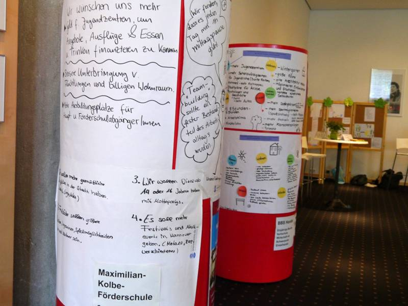 Auf Litfasssäulen haben Schülerinnen und Schüler ihre zu Papier gebrachten Wünsche an das Hannover der Zukunft befestigt.