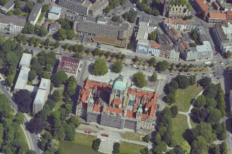 Schrägluftbild des Neuen Rathauses in Hannover