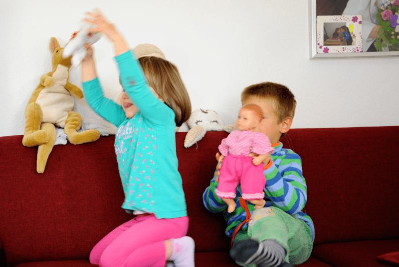 Mit sinnvollen Beschäftigungen zu Hause werden bei Kindern Regelverhalten, Konzentration, Kreativität, Gerechtigkeitssinn und Ausdauer trainiert.