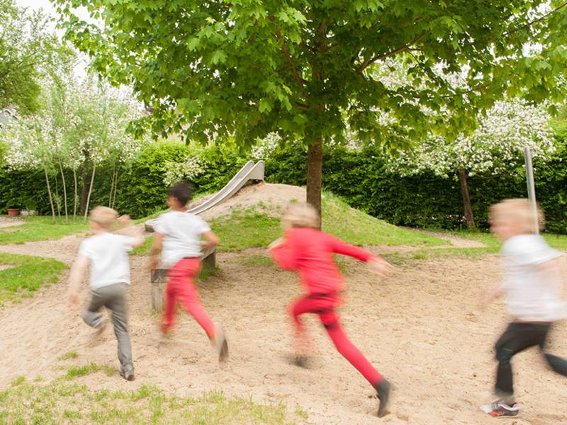 Wenn Kinder draußen spielen, verbessert sich ihre Durchsetzungskraft und sie werden robuster.