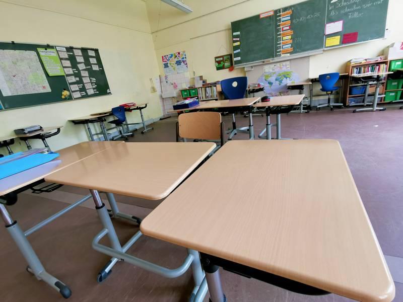 Ein leerer Klassenraum von der Tafel aus gesehen.