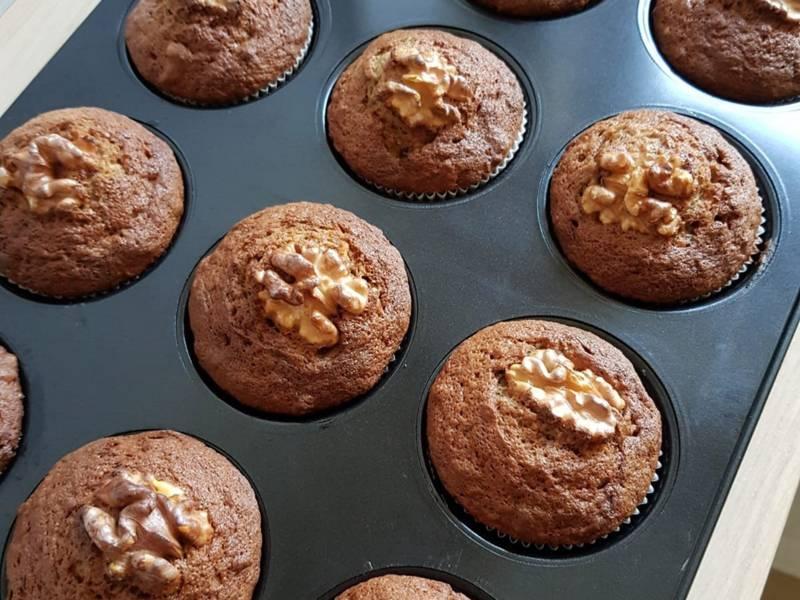 Muffins in einem Blech mit Formen