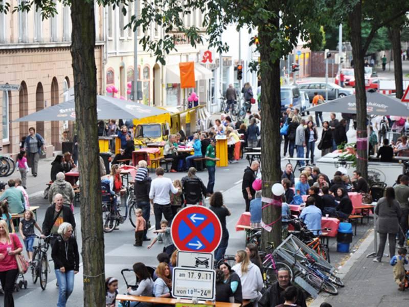 Blick von oben auf die gut bevölkerte Deiserstraße.