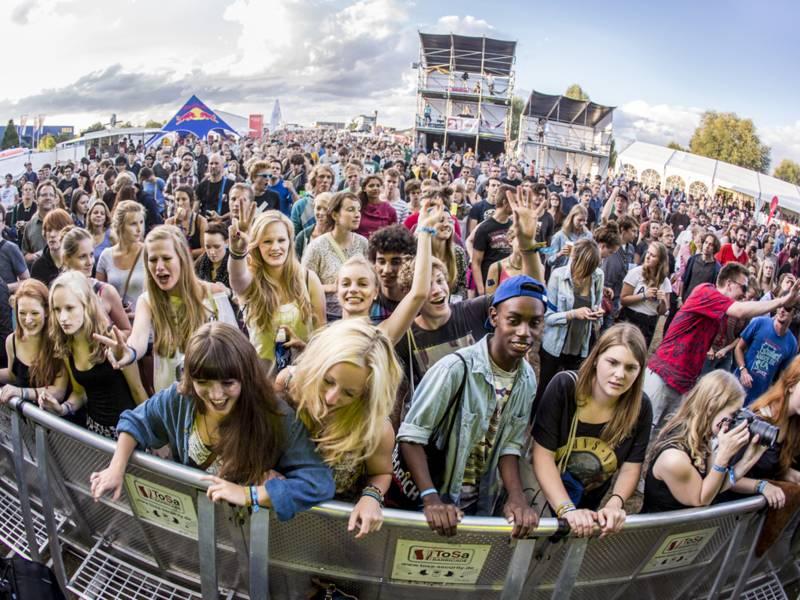 Junge Menschen feiern beim BootBooHook Festival vor der Bühne.