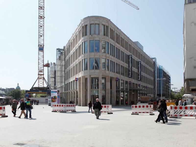 Der mit einer Naturstein-Fassade versehene Bau des Kröpcke-Centers von vorne.