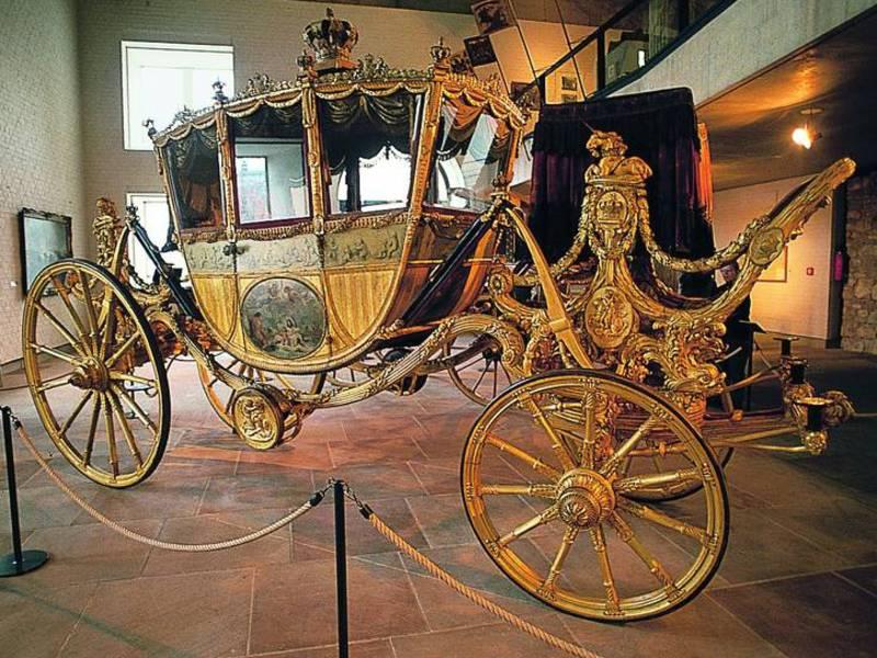 Eine mit Gold verzierte Kutsche.