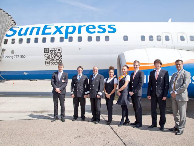 Crew vor gelandetem Flugzeug