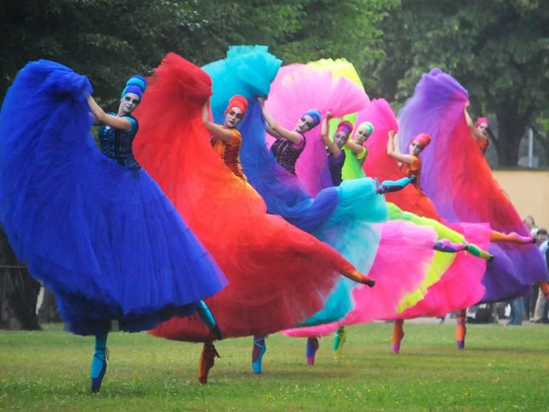 Frauen in bunten Kostümen