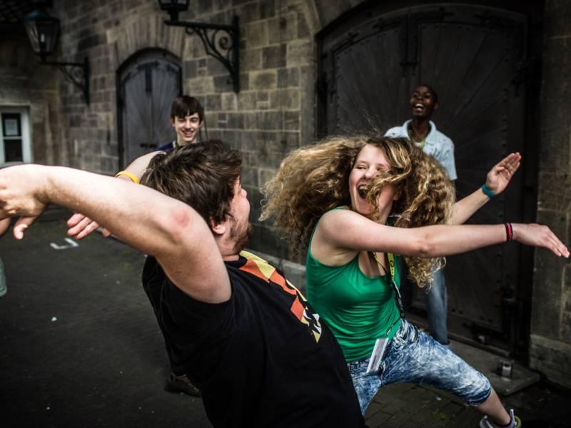 Lachende Teens auf einer Straße.