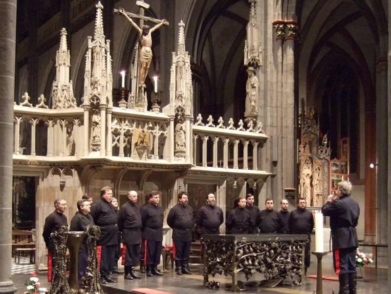 Der Don Kosaken Chor während eines Auftritts in einer Kirche