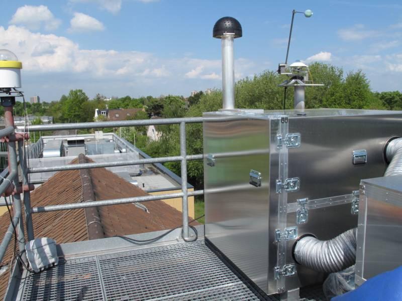 Ein großes technisches Gerät auf einem Dach.