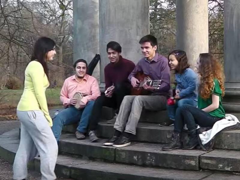 Fünf junge Menschen mit Instrumenten