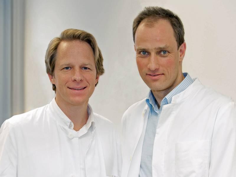 Zwei Männer in weißen Kitteln.