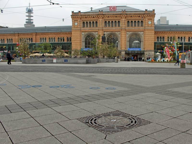 Ein Gully und der Hauptbahnhof im Hintergrund.