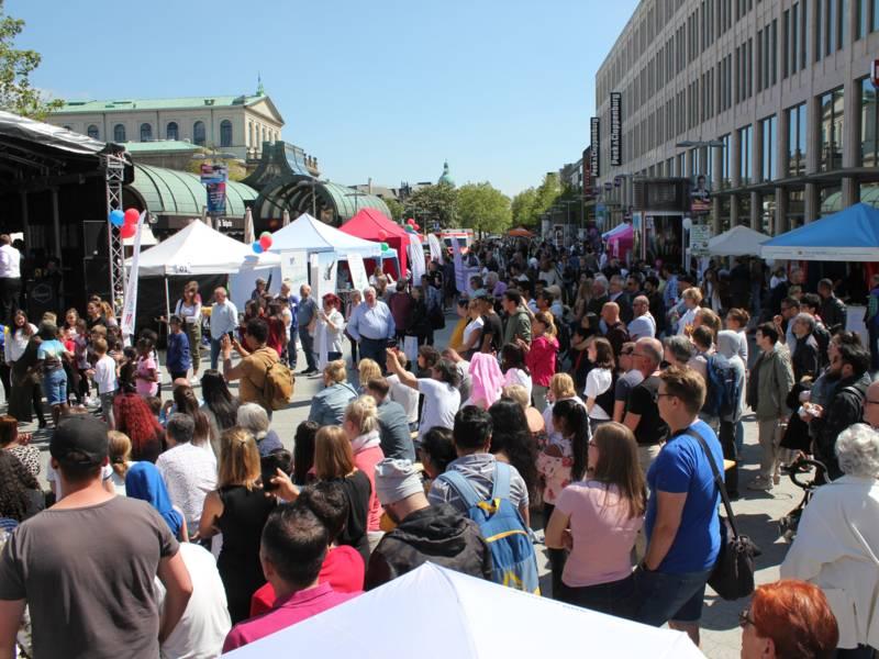 """Menschenmenge vor Bühne mit Aufschrift """"30. Hannoverscher Selbsthilfetag"""""""