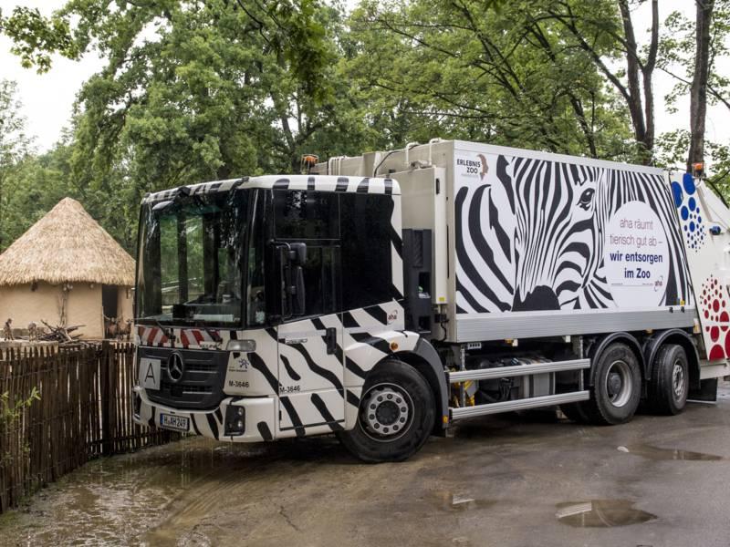 Müllauto steht im Zoo Hannover.