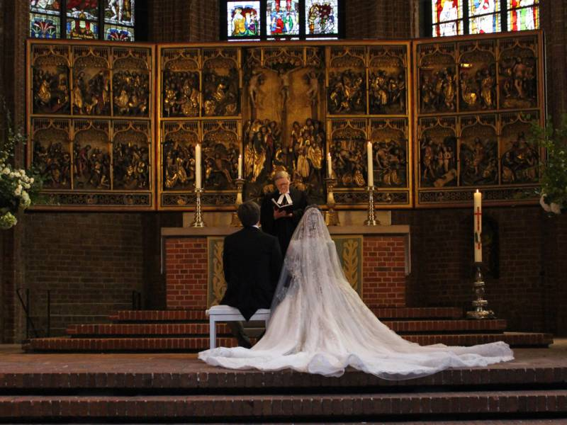 Brautpaar in der Kirche.