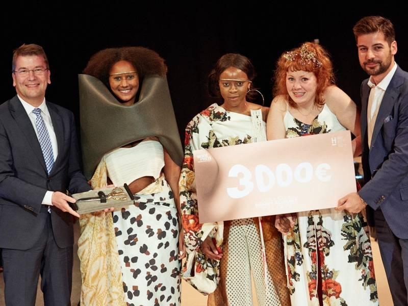Drei Frauen und zwei Männer auf einer Bühne
