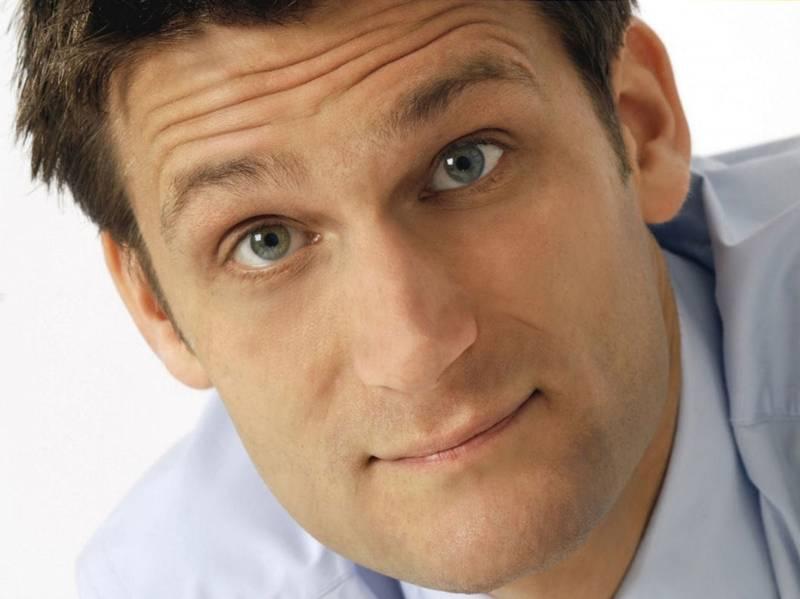Porträt eines Mannes mit schmalem Gesicht und kurzem Haar.