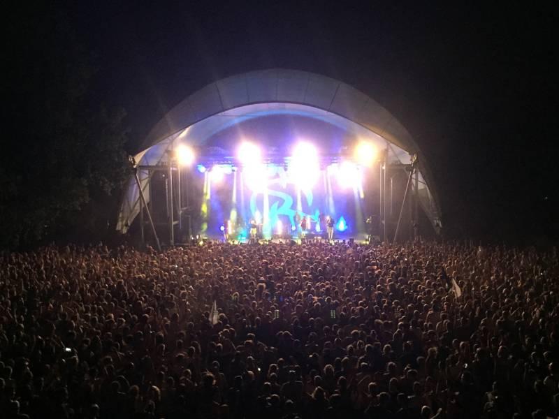 Eine Bühne und Publikum.