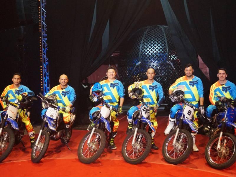 Sechs Männer sitzen auf ihren Cross-Motorrädern.
